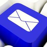 Chave de computador do envelope no azul para enviar por correio eletrónico ou contactar Fotografia de Stock Royalty Free
