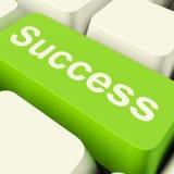 Chave de computador do sucesso na realização mostrando verde e no Determinat Fotografia de Stock