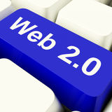 Chave de computador Web2 no azul que mostra meios sociais Fotos de Stock Royalty Free