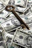 Chave de esqueleto e dinheiro fotografia de stock royalty free