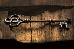 Chave de esqueleto na madeira Fotos de Stock Royalty Free