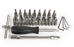 Chave de fenda e bocados ajustados no fundo branco Imagem de Stock