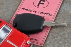 Chave do carro e a licença de motorista francesa ilustração royalty free