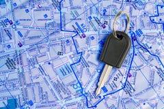 Chave do carro em um mapa. Imagens de Stock Royalty Free