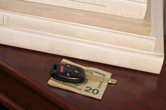 Chave do carro na conta $20 Fotos de Stock