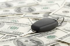 Chave do carro no fundo de 100 dólares Imagem de Stock Royalty Free