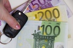 Chave do carro no fundo do dinheiro do Euro Foto do conceito do dinheiro, depositando Imagens de Stock Royalty Free