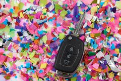 Chave do carro no fundo dos confetes imagem de stock royalty free