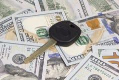 Chave do carro sobre o dólar Fotografia de Stock Royalty Free