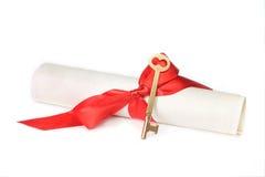 Chave do diploma e do ouro imagens de stock royalty free