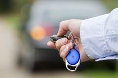 Chave do telecontrole do carro da terra arrendada do homem. Fotografia de Stock Royalty Free