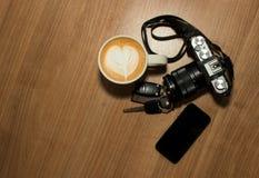 chave do telefone celular da câmera e arte do latte Fotografia de Stock