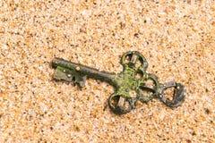 Chave do tesouro perdida na areia Foto de Stock Royalty Free