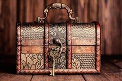 Chave do vintage e arca do tesouro velha Imagens de Stock Royalty Free