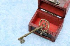 Chave do vintage e arca do tesouro velha imagem de stock royalty free