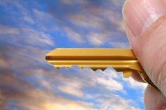 Chave dourada à disposicão Foto de Stock