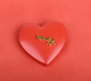 Chave dourada com o coração Imagem de Stock Royalty Free