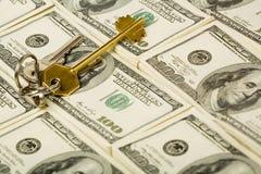 Chave e dinheiro Imagens de Stock