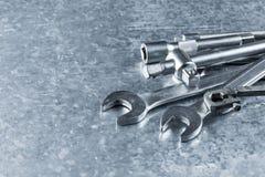 Chave e ferramentas e peças sobresselentes idosas do motor imagens de stock royalty free