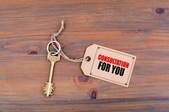 Chave e uma nota em uma tabela de madeira com texto - consulta para Yo Foto de Stock Royalty Free