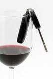Chave em um vidro de vinho, excitador bebido do carro Imagens de Stock Royalty Free