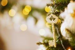 Chave em uma árvore de Natal Imagens de Stock Royalty Free