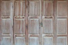 chave mestra no botão de madeira da porta e da chave fotos de stock royalty free