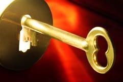 Chave no buraco da fechadura Fotos de Stock Royalty Free