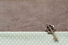 Chave no fundo textured madeira Fotos de Stock Royalty Free