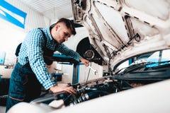 Chave nova de Repairs Car With A do auto mecânico imagens de stock royalty free