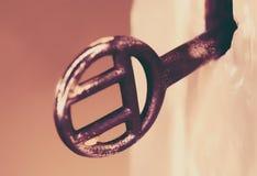 Chave oxidada obscura em um fechamento velho foto de stock royalty free