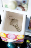 A chave põr na gaveta Fotos de Stock Royalty Free