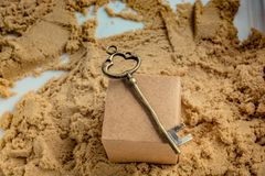 Chave retro do estilo em uma caixa marrom na areia foto de stock royalty free