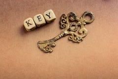 Chave retro do stlyle ao lado de um fraseio chave fotografia de stock
