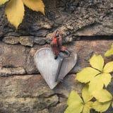 Chave velha com coração de madeira fotografia de stock royalty free