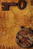 A chave velha com engrenagens. foto de stock royalty free