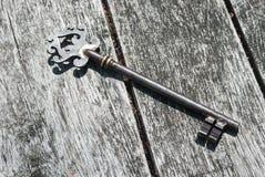 Chave velha grande na tabela de madeira Fotos de Stock