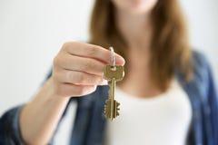 Chaves à disposicão Mulher que guarda chaves da casa Aluguel dos bens imobiliários ou conceito da compra Imagens de Stock Royalty Free