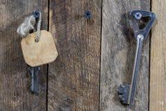 Chaves à porta da rua da casa Vários acessórios necessários fotografia de stock