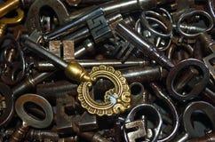 Chaves antigas em um aço e em um bronze da pilha Imagem de Stock