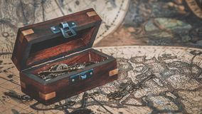 Chaves antigas na arca do tesouro imagem de stock