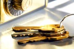 Chaves da casa ajustadas e caixa segura do fechamento do mediador imobiliário imagem de stock royalty free