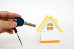 Chaves da casa da terra arrendada da mão Imagens de Stock Royalty Free