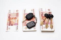 Chaves da casa e do carro no dinheiro Imagem de Stock Royalty Free
