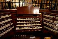 Chaves da posição do órgão na igreja fotografia de stock