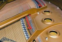 Chaves de ajustamento dentro de um piano grande Foto de Stock Royalty Free