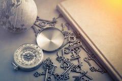 Chaves de esqueleto do compasso antigo do Grunge na tabela de couro cinzenta Imagens de Stock