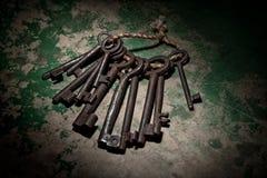 Chaves de esqueleto oxidadas velhas no fundo de madeira Fotos de Stock Royalty Free