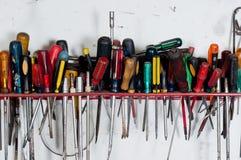 Chaves de fenda de encontro à parede branca Fotografia de Stock