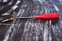 Chaves de fenda para reparar o encontro na tabela Trabalhos domésticos do ` s dos homens reparo Imagens de Stock Royalty Free